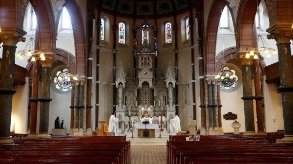 VIDEO: Un sacerdote pone por error una canción de rap mientras retransmite una misa en directo