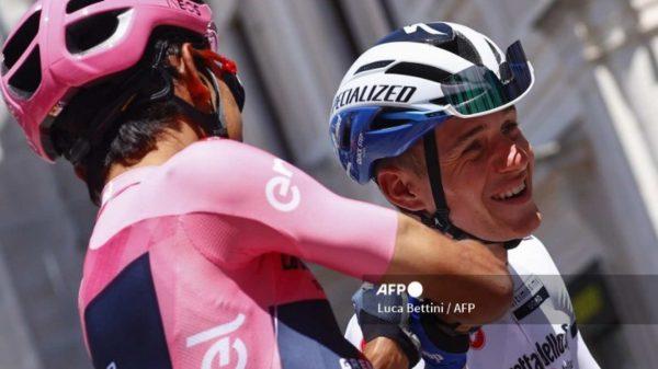 """""""Te dejé ganar el sprint"""": Egan Bernal bromea con Remco Evenepoel"""